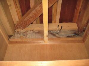 階段下押入れの天井裏